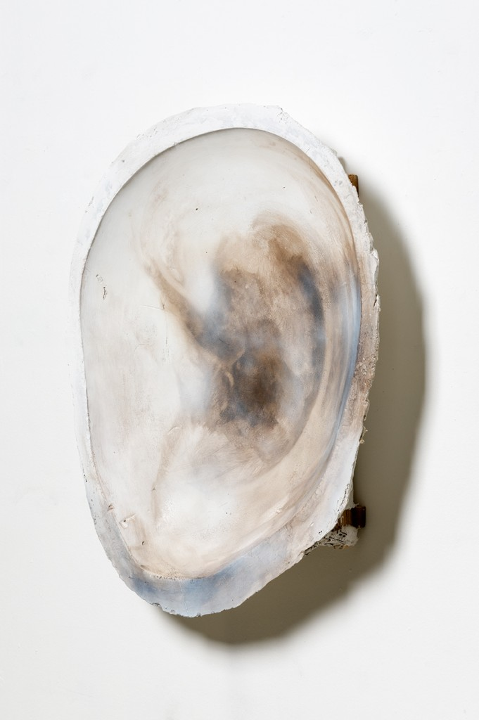 Bettina Scholz: Ohr, oil on cement, 2016